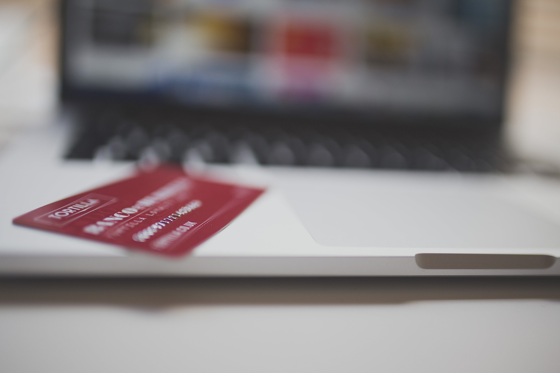 "a pcture of credit card and a laptop for the article ""who uses vantageScore"